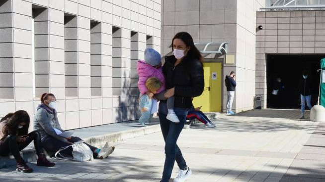 Una mamma con la sua bimba all'ospedale Manzoni