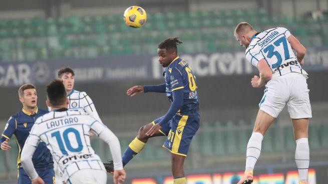Verona-Inter, il colpo di testa vincente di Skriniar (Ansa)