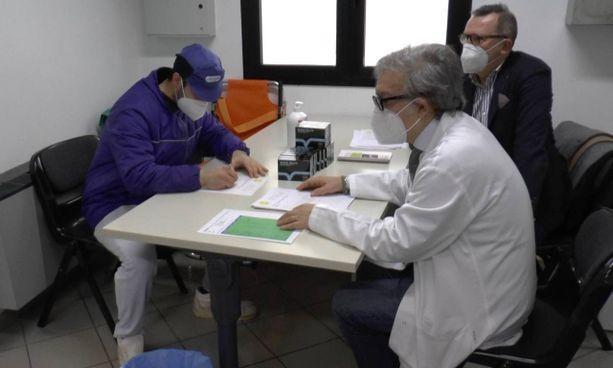Il dottor Vincenzo Musumeci e Giuseppe Valentini della Biovale con un dipendente Orogel