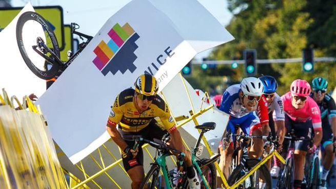 Il momento della caduta in volata al Giro di Polonia