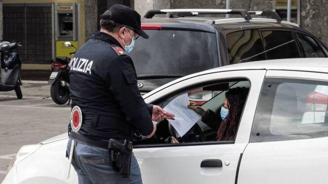 Consegna di un'autocertificazione alla polizia (Petrangeli)