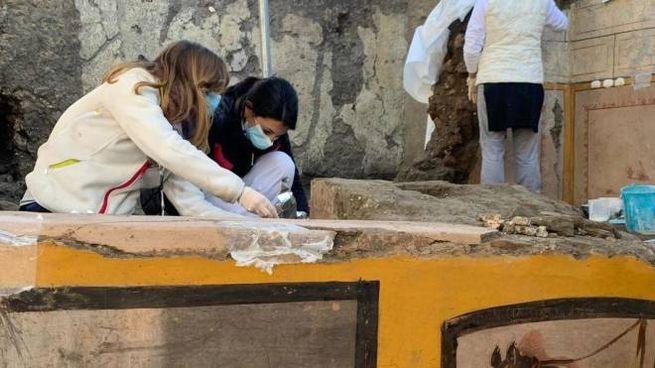 La scoperta di un termopolio intatto a Pompei (Ansa)