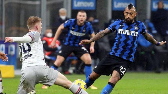 Vidal in contrasto contro Schouten del Bologna (Ansa)