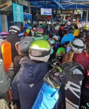 Mentre la stagione sciistica è ferma in Italia, in Svizzera si verificano file agli impianti di risalita