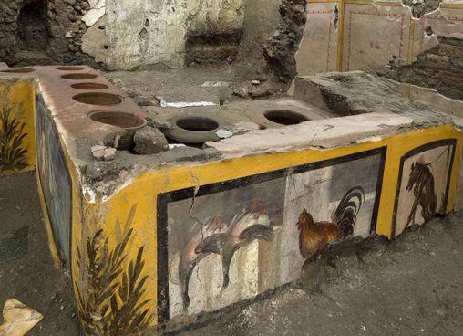 Nel bancone del Termopolio rinvenuto a Pompei, tracce di alimenti che venivano venduti per la strada