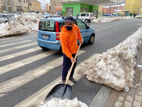 Uno dei maggiordomi di quartiere, impegnato nel liberare le strade dalla neve