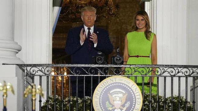 Donald (74 anni) e Melania (50 anni) Trump. sul terrazzo dell'ala sud della Casa Bianca mentre salutano i sostenitori