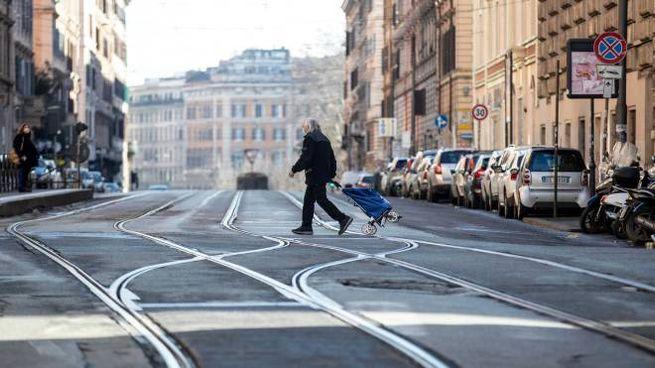 Una via di Roma deserta nella zona rossa (Ansa)