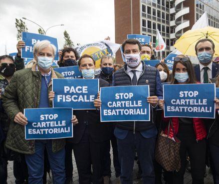 Una protesta della Lega contro l'invio delle cartelle esattoriali