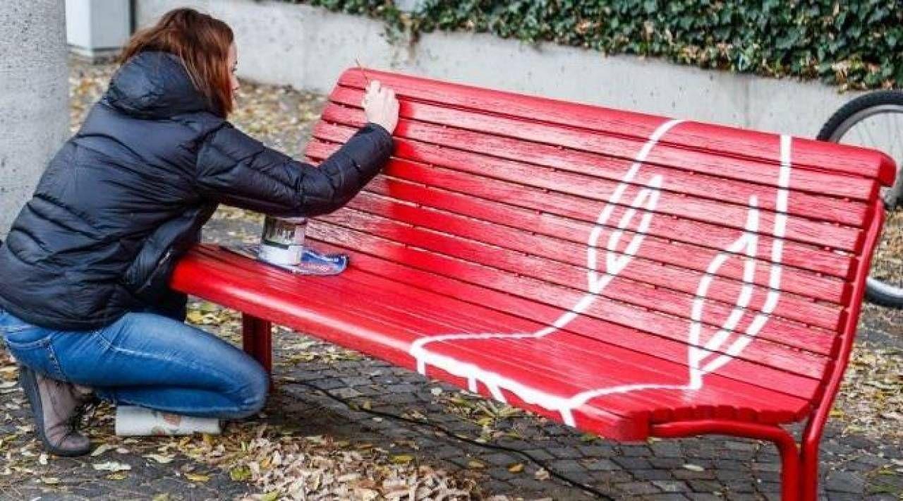 La panchina rossa simbolo del movimento contro la violenza sulle donne