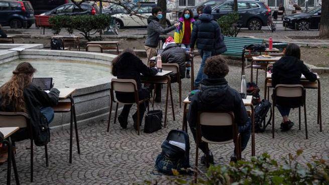 Scuola, lezioni all'aperto a Milano (Ansa)