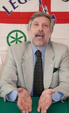 Franco Colleoni, ristoratore ed ex segretario provinciale della Lega a Bergamo, aveva 68 anni; sopra,. i necrofori portano via il cadavere del ristoratore trovato ieri mattina nel cortile di casa