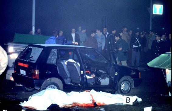 I corpi delle vittime e la Uno dei carabinieri crivellata dai colpi sparati dalla banda della Uno bianca