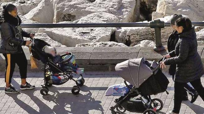 Due mamme con i passeggini (Ansa)