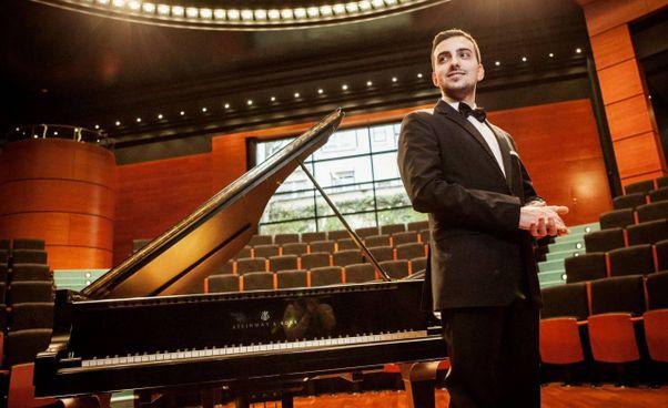 Il giovane pianista Alberto Ferro si esibirà in diretta dal Politeama di Tolentino