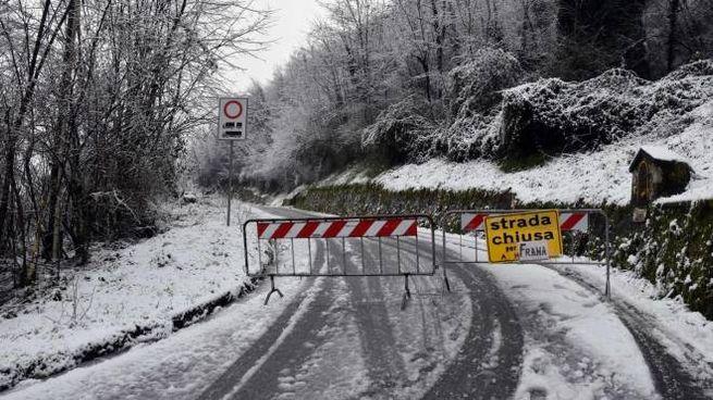 Strada per S. Romano e Motrone chiusa, tutti isolati (foto Borghesi)