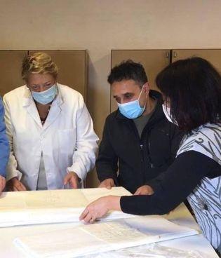 Yokoyama (a destra) Alessio Giusti della Cartiera Magnani e Beatrice Cunimberti