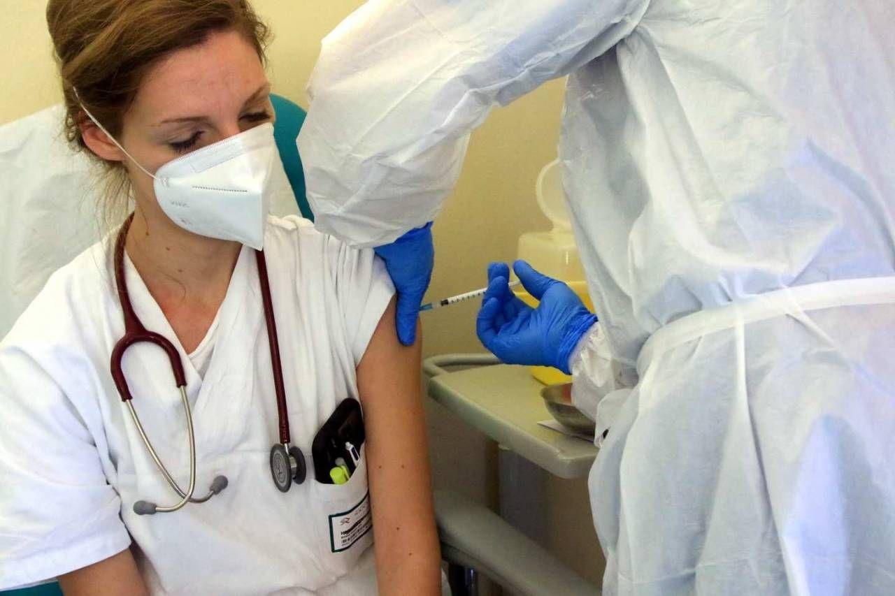 Covid, proseguono le vaccinazioni (Ansa)