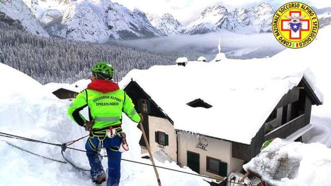 Friuli: si inclina tetto per la neve, evacuato asilo adiacente (Ansa)