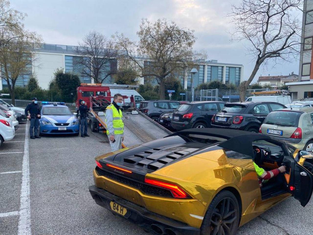 Al ricco broker inglese è stata sequestrata la Lamborghini gialla con cui era arrivato fino a Rimini