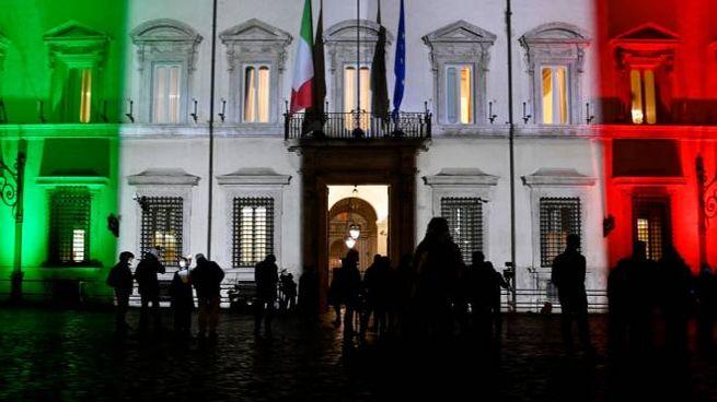 Giornalisti davanti Palazzo Chigi per documentare il vertice di Governo (Ansa)