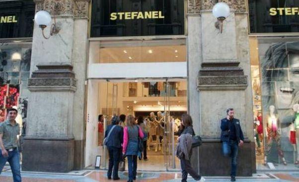 Un negozio Stefanel in galleria a Milano: il marchio è in amministrazione controllata