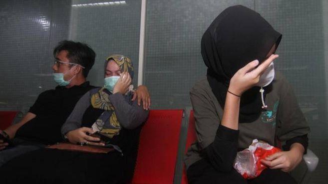 Familiari dei passeggeri del volo scomparsi in attesa (Ansa)