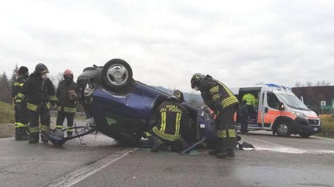 I vigili del fuoco e l'auto coinvolta nel tragico incidente
