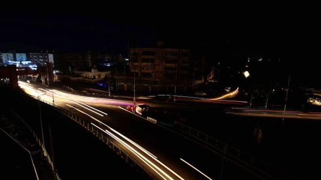 Blackout in Pakistan, un'immagine di Karachi (Ansa)