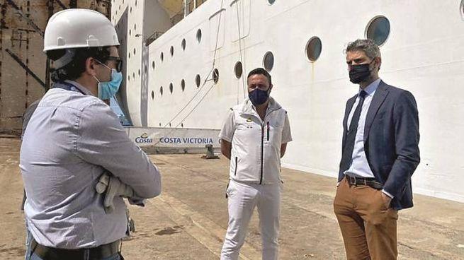 Il sindaco Ferrari davanti alla nave