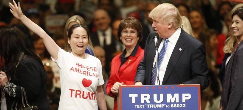 Donald Trump (74 anni) contornato dai sui sostenitori. Il suo modo di fare politica è tramontato per sempre?