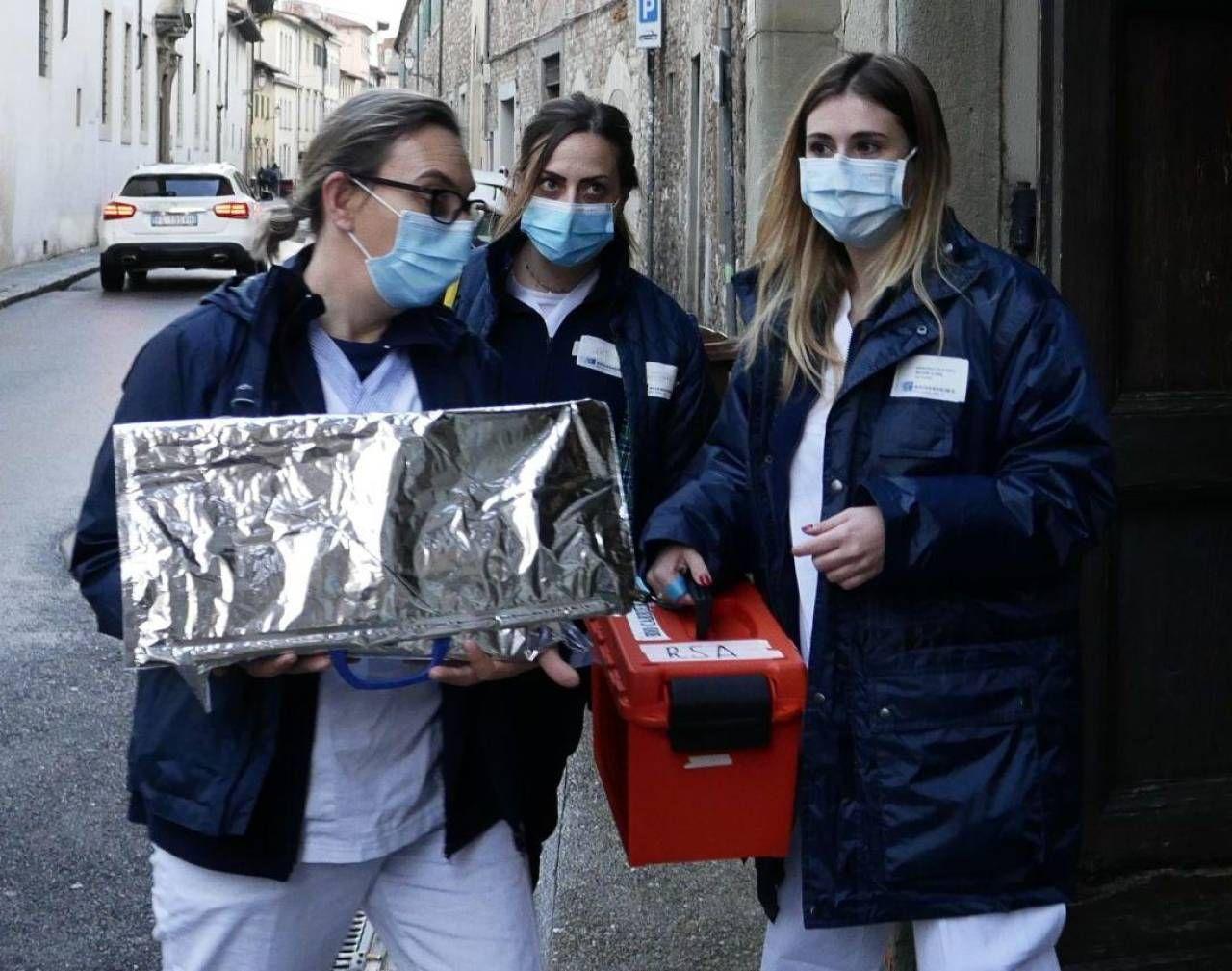 La squadra Asl dedicata ai vaccini arriva al Santa Catedina dè Ricci: era il 30 dicembre 2020 (Foto Attalmi)