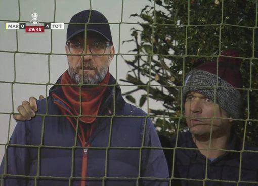Scene da FA Cup: un tifoso del Marine con il cartonato di Klopp, «nemico» di Mou