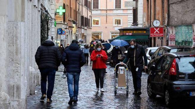 Alcune persone in giro per i negozi di via Frattina nel centro di Roma (Ansa)