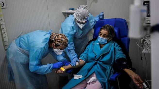 Coronavirus, una paziente in cura (Ansa)