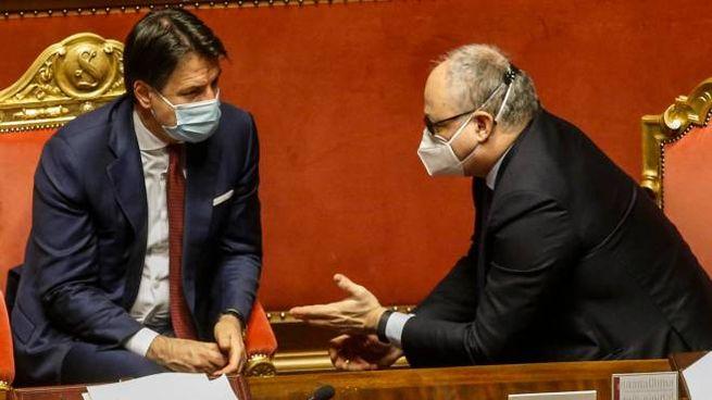 Il premier Giuseppe Conte e il  ministro Roberto Gualtieri (Ansa)