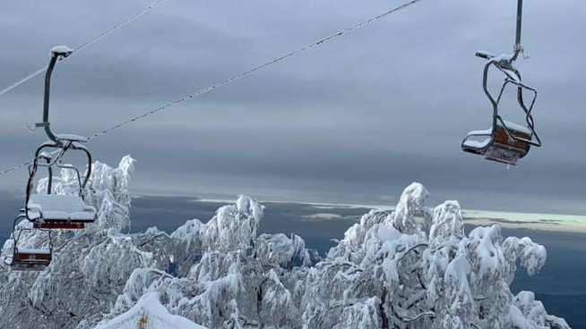 Una suggestiva immagine degli impianti di risalita durante la nevicata