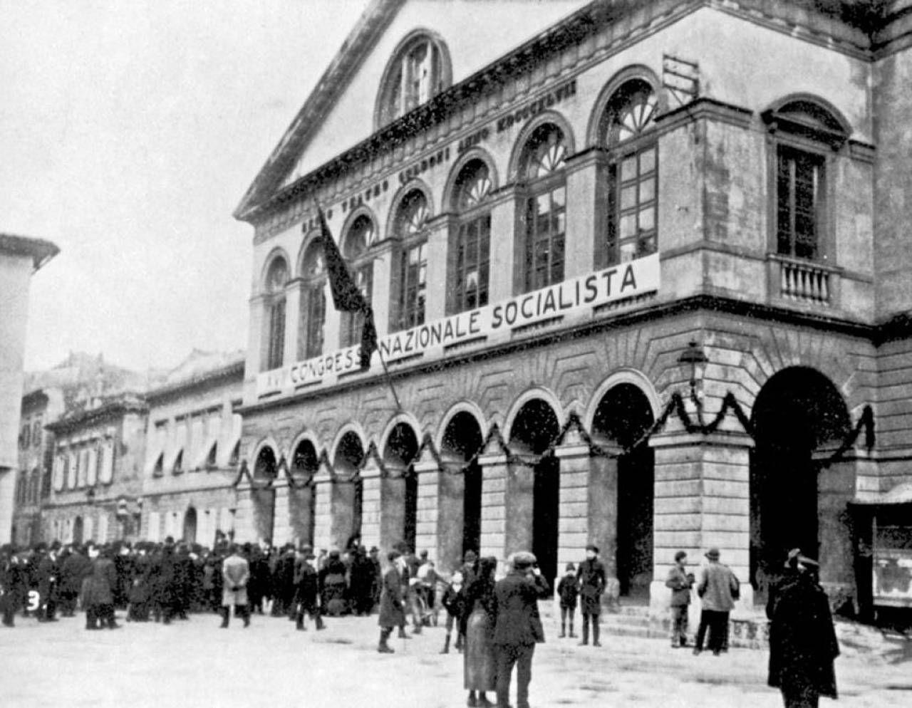 Livorno, 15-21 gennaio 1921, XVII congresso del Psi al Teatro Goldoni. In alto a destra, una cartolina delle Frattocchie