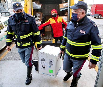 La polizia stradale scorta e consegna il vaccino anti Covid all'ospedale di Imola