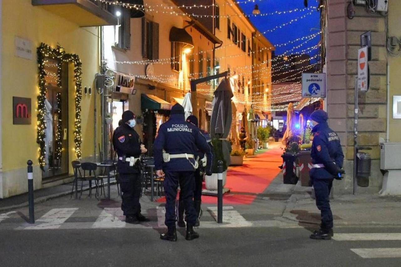 Polizia Municipale sorveglia via Cambini (Foto Novi)
