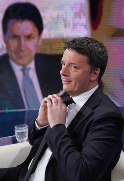 Matteo Renzi, leader di Italia Viva, 46 anni. Sullo sfondo, il premier Conte