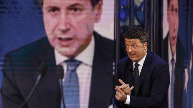 Matteo Renzi e, sullo sfondo, Giuseppe Conte (Ansa)