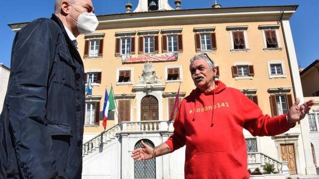 Il sindaco Luca Salvetti con Loris Rispoli presidente dell'associazione '140 Familiari delle Vittime del Moby Prince'