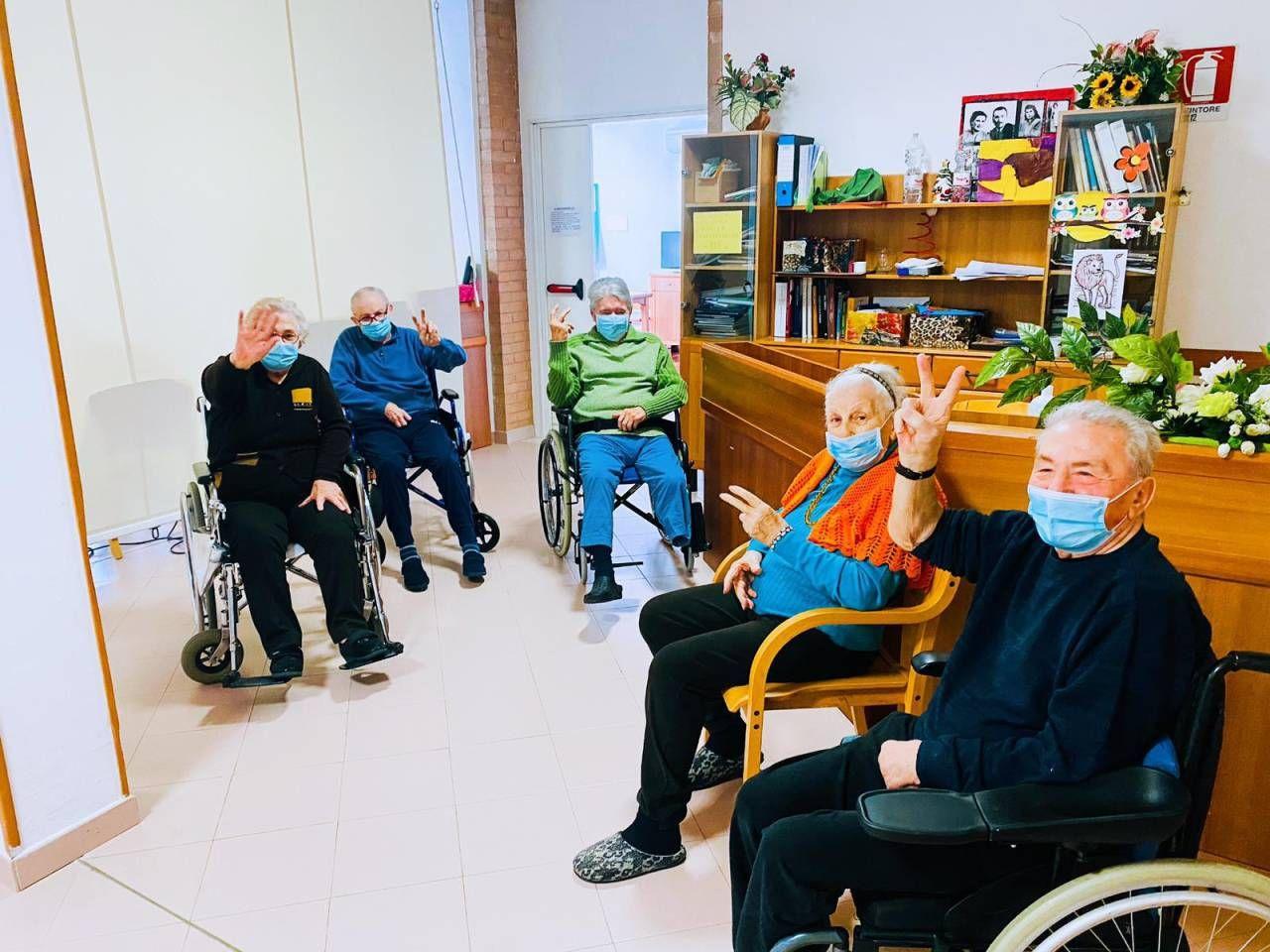 Gli ospiti della Residenza Paradiso di via Beethoven in attesa, ieri, della vaccinazione