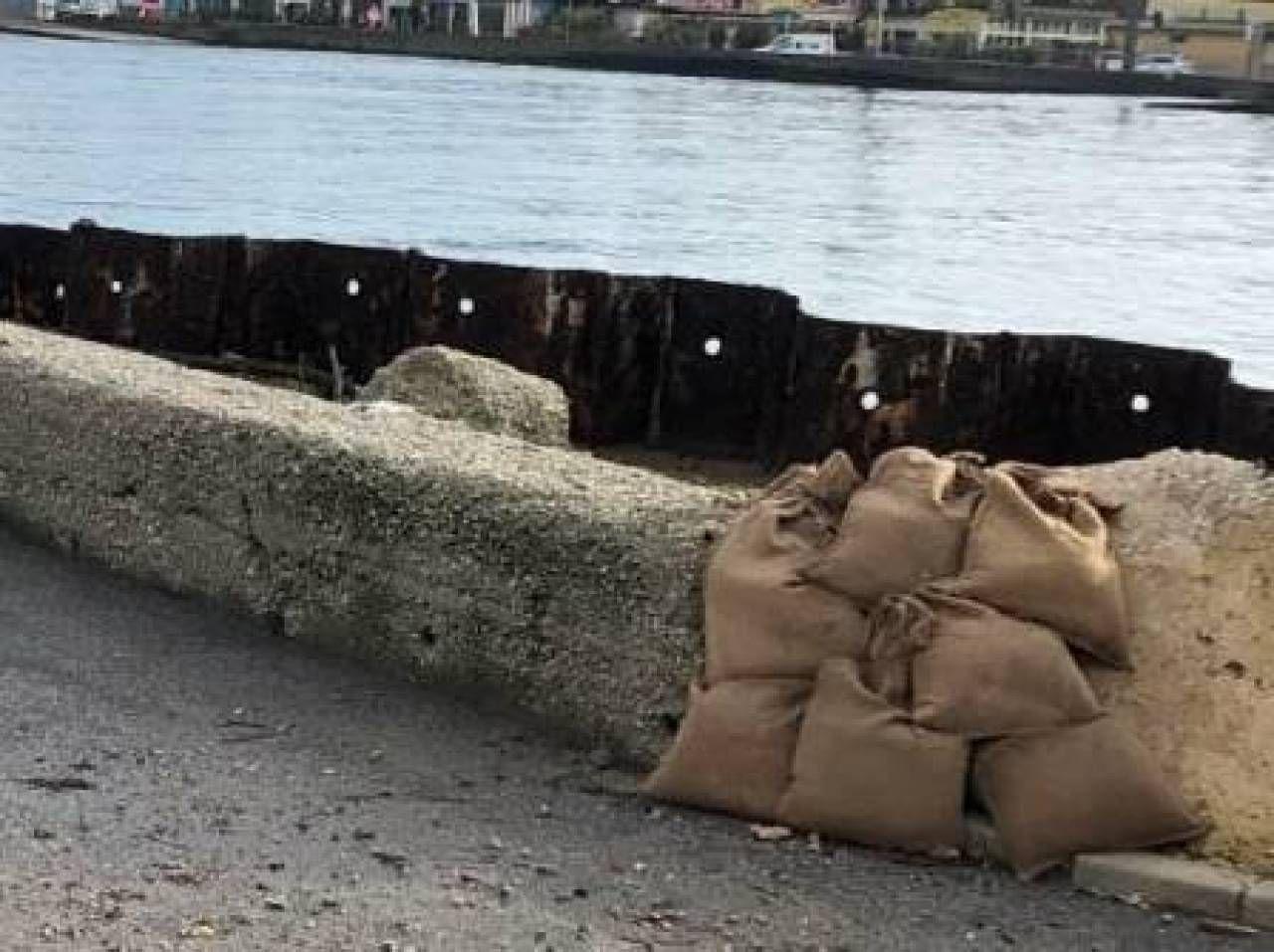 I sacchi posizionati a Porto Corsini nella vecchia banchina di protezione