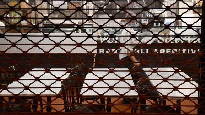 Un locale chiuso per le restrizioni Covid (Ansa)