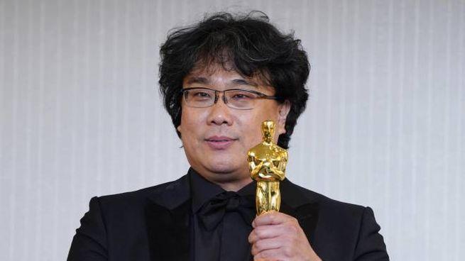 Bong Joon-ho con l'Oscar (Ansa)