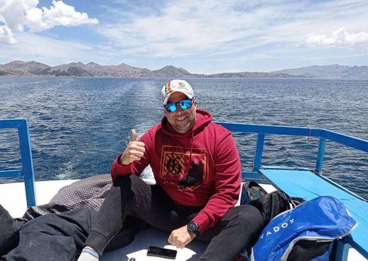 Andrea Oriana, nuotatore lecchese di 47 anni, sul lago Titicaca
