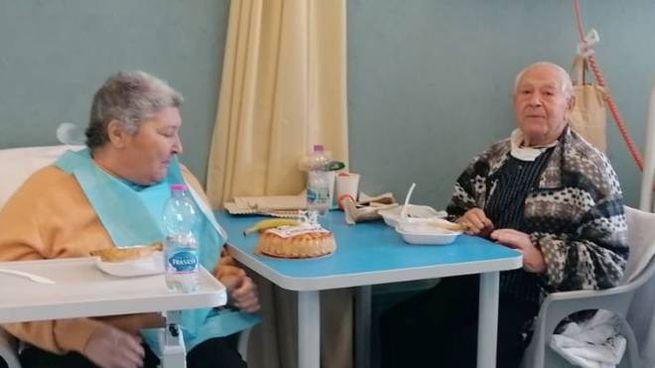 La coppia ha festeggiato 54 anni di matrimonio in ospedale