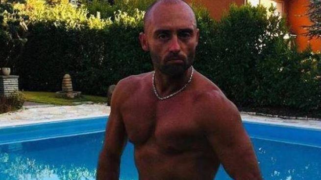 Davide Bacci davanti alla piscina di Villa Inferno